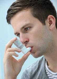 Mann-inhaliert-mit-Inhalator