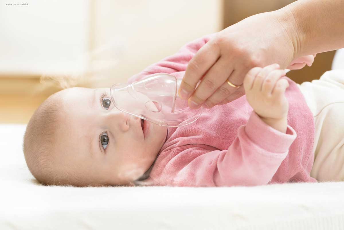 Baby inhaliert gegen Erkältungssymptome