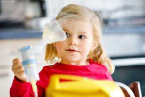 Inhalieren bei Kleinkind hilft die Symptome zu reduzieren