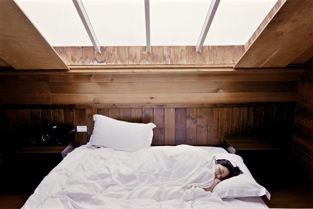 Abbildung 1 : Schlaf ist nötig, um gesund zu bleiben und auch, um einen etwaigen Infekt schnell wieder loszuwerden. Bei der Ausstattung des Schlafzimmers lässt sich vieles positiv beeinflussen.